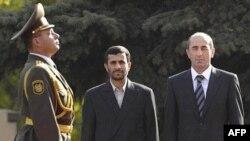 به گفته مقام های ارمنی، قرار بود که سفر آقای احمدی نژاد دو روز طول بکشد.
