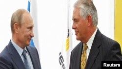 Rex Tillerson në një prej takimeve me liderin rus, Putin