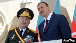 Министр обороны Азербайджана Сафар Абиев (слева) и президент Азербайджана Ильхам Алиев