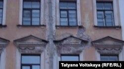 Этот петербургский фасад тоже ожидает реставрации