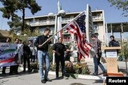 Иранские студенты в Тегеране сжигают флаг США после речи Дональда Трампа. 14 октября 2017 года