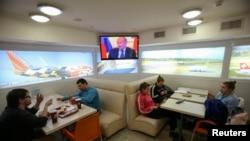 Ուկրաինա - Կիևի բնակիչները հեռուստատեսությամբ դիտում են Ռուսաստանի նախագահ Վլադիմիր Պուտինի ասուլիսը, 4-ը մարտի, 2014թ․