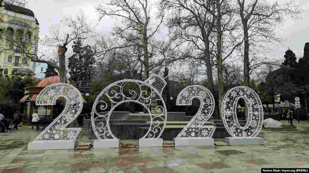 Інсталяція нагадує кримчанам і гостям півострова про рік, що настав