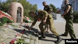 Ветераны советской войны в Афганистане возлагают цветы к памятнику жертвам той войны. Минск, 2 августа 2012 года.