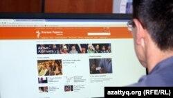 Мужчина смотрит на сайт Азаттыка.