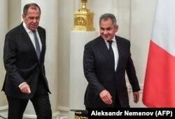 Міністри закордонних справ Сергій Лавров (л) і оборони Сергій Шойгу залишаються