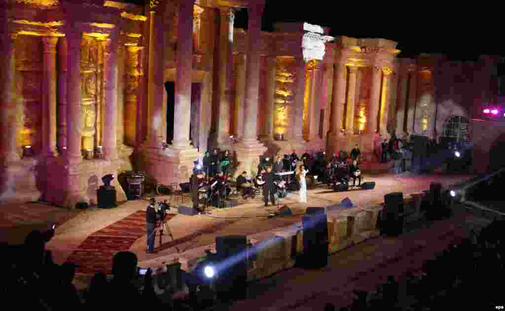 Ливандық әнші Нажуа Карам 2010 жылы Пальмира фестивалінің ашылу рәсімінде ән шырқап тұр.