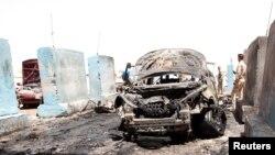 Место взрыва после одной из июльских атак в Багдаде.