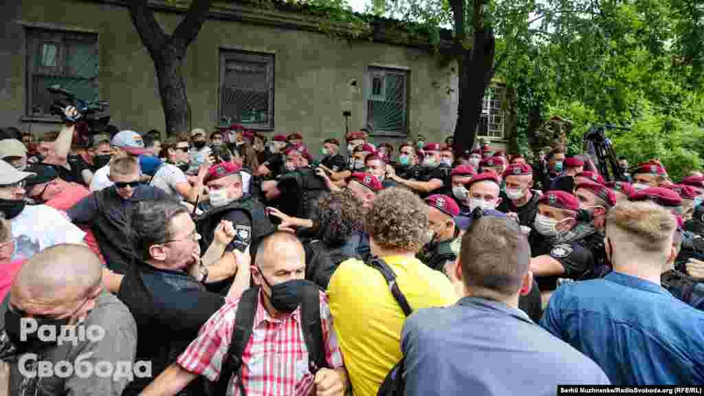 Прийшли підтримати активіста Стерненка, щодо якого розглядається справа в суді, й інші депутати цієї фракції, зокрема, Ярослав Юрчишин