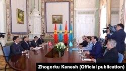 Парламентские делегации Кыргызстана и Казахстана на встрече в Межпарламентской ассамблее СНГ.