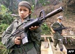 Ребенок-солдат одного из повстанческих отрядов сепаратистов в джунглях Мьянмы