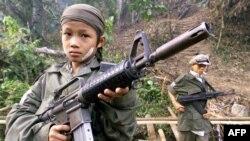 Ребенок - солдат одного из повстанческих отрядов в джунглях Мьянмы.