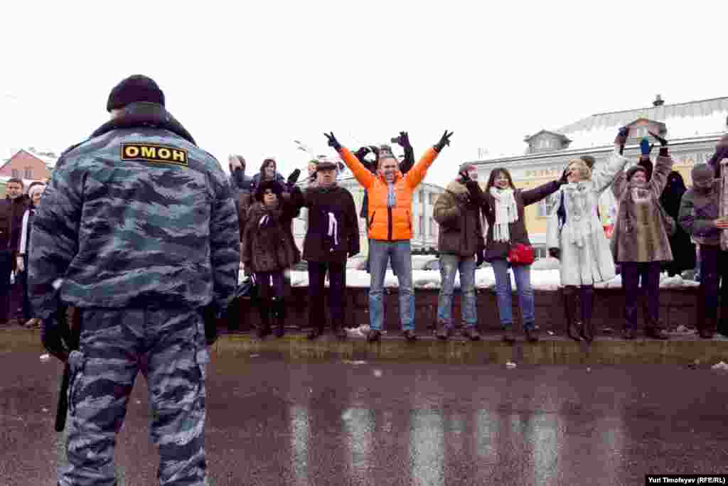 Russia -- Opposition supporters take part in a protest rally called The White Ring, 26Feb2012
