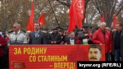 Aqyarda oktâbr avdarmasınıñ 99-ıncı yıllığını munasebetinen keçirilgen kommunistler yürüşi