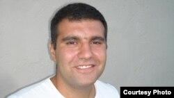С 9 июня на Сухумском городском стадионе трудится бригада монтажников – 11 человек – из Болгарии. 27-летний прораб Радослав Панайотов, оказалось, неплохо говорит по-русски. Фото автора
