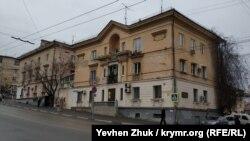 Дом №10 по улице Адмирала Октябрьского
