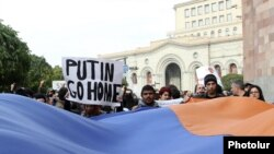 Armenia - Activists demonstrate outside a key government building in Yerevan against Russian President Vladimir Putin's visit and Armenia's membership of the Customs Union, 2Dec2013.