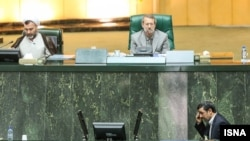 علی لاریجانی در جایگاه هیات رییسه مجلس شورای اسلامی- نفر پایین: محمود احمدی نژاد، رییس جمهوری اسلامی