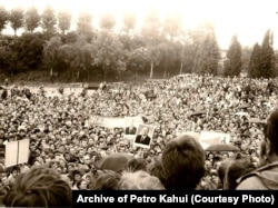 1988 рік. Один із мітингів у Львові. На фото видно два портрети Михайла Горбачова і гасло «Ми за перебудову»