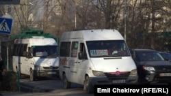 Бишкектеги эл ташыган кичи автобустар. Иллюстрациялык сүрөт.