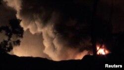 زبانههای آتش و دود ناشی از حمله به فرودگاه نظامی مزه در نزدیکی دمشق در دی ماه سال ۹۵؛ رسانههای اسرائیل حمله بامداد جمعه را چهارمین حمله از این نوع به سوریه در سال ۲۰۱۷ توصیف کردهاند.