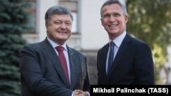 Президент Украины Петр Порошенко и генеральный секретарь НАТО Йенс Столтеньберг, Киев, 10 июля 2017 год