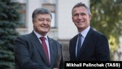 Президент України Петро Порошенко та генеральний секретар НАТО Єнс Столтеньберґ, Київ, 10 липня 2017 року