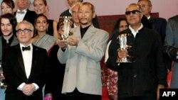 از چپ: مارتین اسکورسیزی، ارنست عبدیشاپار، کارگردان قرقیزستانی و عباس کیارستمی