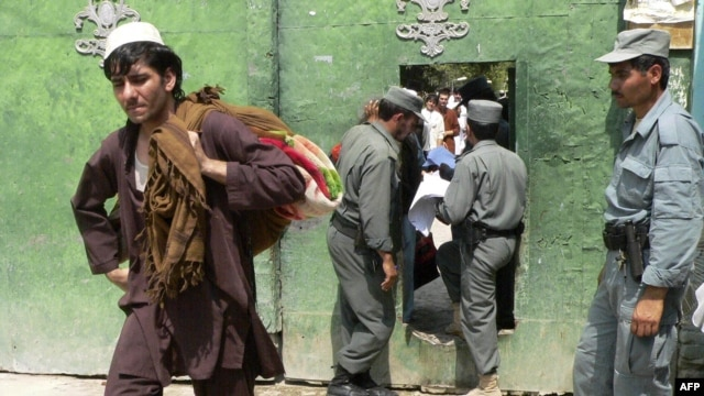 Afghan prisoners leave Nangarhar jail in Jalalabad in September.