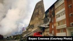 Хвост самолета, упавшего на жилой дом в Иркутске-2