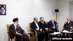 آیتالله علی خامنهای (چپ) در دیدار با رهبران گروههای فلسطینی تحتالحمایه ایران در تهران