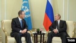 Генеральний секретар ООН Пан Ґі Мун (ліворуч) і президент Росії Володимир Путін