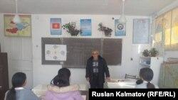 Казикан Тайшинов окуучуларга сабак өтүүдө. 20-февраль, 2020-жыл.