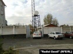 Дарвозаи қисман харобгаштаи бинои ШКД-и шаҳри Кӯлоб