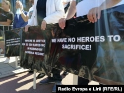 """""""Nuk kemi më shumë heronj për të sakrifikuar"""", ishte një prej pankartave që disa qytetetarë mbajtën në protestën para Dhomave të Specializuara në Hagë në kohën kur Thaçi merrej në pyetje."""