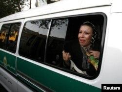 Iran -- əxlaq polisi qadını geyiminə görə həbs edir. 2006