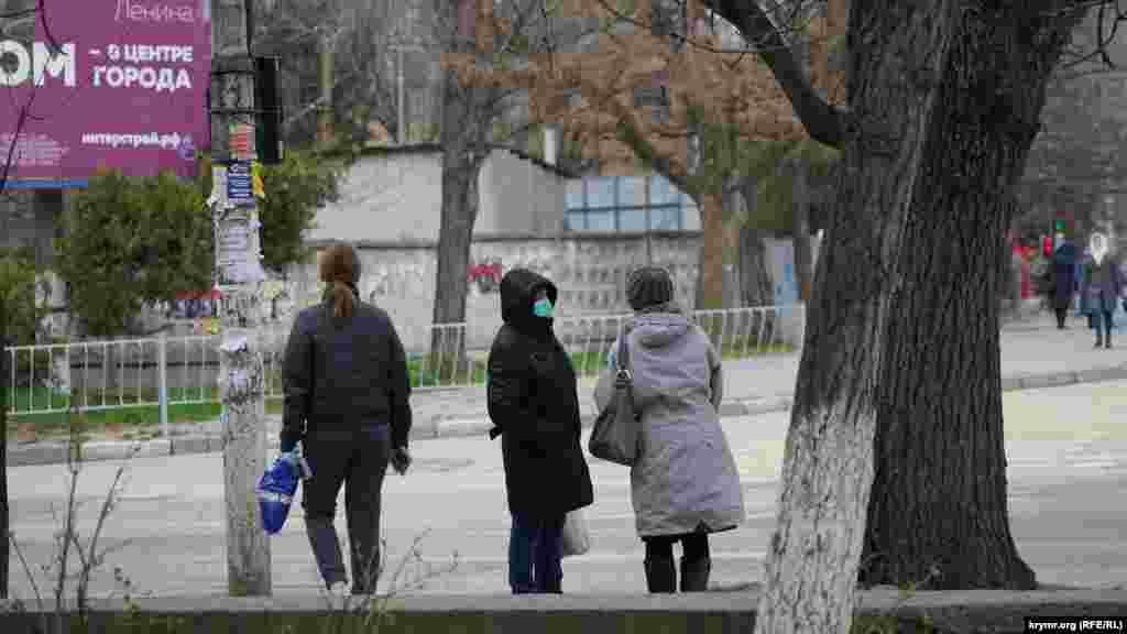 На автобусной остановке на проспекте Ленина (Симферополь)