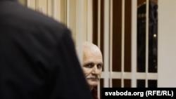 Алес Беляцкий, белорусский правозащитник и оппозиционер, на скамье подсудимых. Минск, 2 ноября 2011 года.