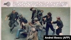 14/06/1990, București (România). Chemați de guvern, mai multe mii de mineri au invadat București pentru ca să facă ordine. În fotografie: mineri bat trecători în Piața Universității (AFP)