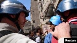Експерти ООН з хімічної зброї в супроводі бійців Вільної сирійської армії оглядають одне з місць імовірного застосування хімічної зброї, передмістя Дамаска, 28 серпня 2013 року