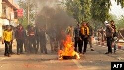 Бангладештегі наразылық кезіндегі өрт. 2013 жылдың желтоқсаны.