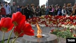 Armenijci polažu cvijeće kod vječnog plamena na uspomenu na žrtve masovnih ubistava i deportacija Armenijaca od strane Otomanskih Turaka.