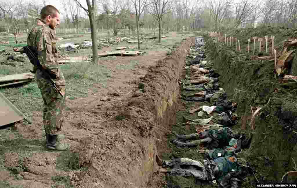 До 31 березня 1995 року накопичилася величезна кількість невпізнаних останків людей, убитих під час зимових бомбардувань і бойових зіткнень. Деякі були поспіхом поховані в одній могилі на кладовищі в Грозному. У Чеченській Республіці все ще залишаються масові поховання на околицях різних сіл, де були розташовані військові частини. За наказом з Москви, їх заборонено розкривати