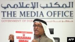 Сардори полиси Дубай, Дафӣ Халфан ҳангоми намоиши акси 11 гумонбаршудаи куштор.