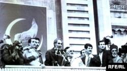 Əbülfəz Elçibəy və tərəfdarları «Azadlıq» meydanında, 1992