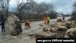 Обвал горной породы на трассе Симферополь – Севастополь