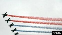 Российский флаг в небе над Красной площадью, 9 мая 2010 г