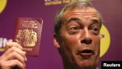 Лідэр UKIP Найджэл Фараж з брытанскім пашпартам