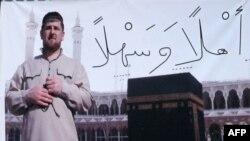 Плакат с изображением президента Чечни Рамзана Кадырова на стене одного из чеченский домов