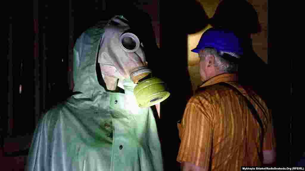 На вході до бункеру гостей зустрічає «господиня», як жартують екскурсоводи, – жінка в повному костюмі хімічного захисту.«Убежище 56442» – порядковий номер сховища, одного з тисяч, що були в Радянському Союзі на випадок ядерної війни. В цьому сховищі близько 1200 людей могли переховуватись один тиждень